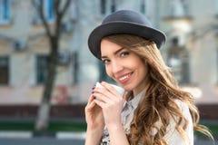 Pose attraenti della donna con la tazza bianca Fotografia Stock Libera da Diritti