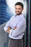 Pose attrayante d'homme d'affaires heureuse en portrait d'entreprise dehors sur le secteur financier photo libre de droits