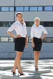 Pose attrayante de deux jeune femmes d'affaires extérieure Photo stock