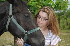 Pose au soleil avec un cheval Photographie stock libre de droits