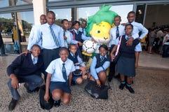 Pose avec le mascotte de la FIFA de coupe du monde de Zakumi Image libre de droits