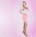Pose blonde à la mode de beauté. Image libre de droits