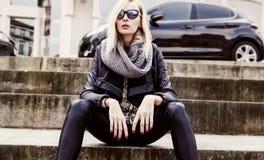 Pose blonde à la mode de fille. Photos libres de droits