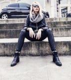 Pose blonde à la mode de fille. Photo libre de droits