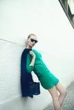 Pose blonde à la mode de fille. Images libres de droits