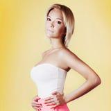 Pose blonde attrayante de beauté. Photo stock