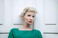 Pose blonde attrayante de beauté. Images libres de droits