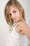 Pose blonde attrayante de fille Images stock
