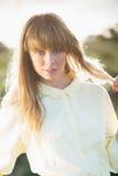 Pose blonde attrayante mystérieuse sur le bord de la route Photo stock