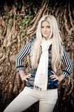 Pose blonde de femme photographie stock