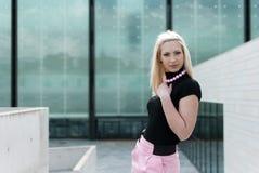 Pose blonde de fille Photographie stock
