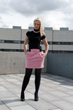 Pose blonde de fille Photographie stock libre de droits