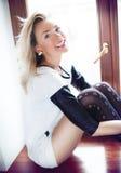 Pose blonde heureuse de femme Photographie stock libre de droits