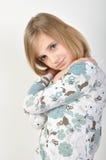 Pose blonde mignonne de fille Image stock