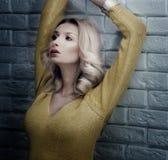 Pose blonde sensuelle de beauté. Photographie stock