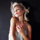 Pose blonde sensuelle de femme Photo libre de droits