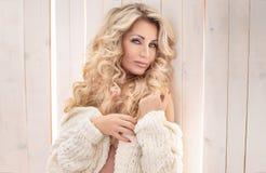 Pose blonde sensuelle de femme Images libres de droits