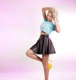 Pose blonde sexy de dame Photographie stock libre de droits