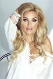 Pose blonde sexy de dame photo libre de droits