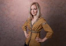 Pose blonde vilaine de fille Photographie stock libre de droits