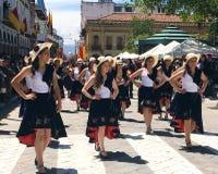 Pose bonita das mulheres em uma parada em Cuenca, Equador fotografia de stock
