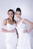Pose bonita das noivas nos vestidos de casamento brancos Imagens de Stock