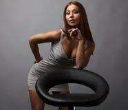 Pose bonito da menina perto da poltrona à moda. Foto. Fotografia de Stock Royalty Free
