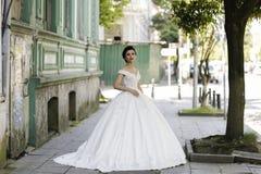 Pose châtain de jeune mariée Photos libres de droits