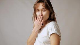 Pose colpenti della giovane donna attraente allegra, flirtando ed inviando i baci video d archivio