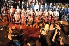 Pose d'athlètes et de fonctionnaires pour une photo de groupe Images stock