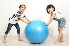 Pose d'enfants de mode de portrait à l'appareil-photo photos libres de droits