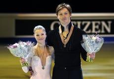 Pose d'Evgenia TARASOVA/Vladimir MOROZOV avec des médailles de bronze Images libres de droits