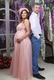 Pose d'homme et de femme enceinte de nouveau au dos Photo stock