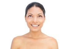 Pose d'une chevelure noire de sourire de femme Photographie stock