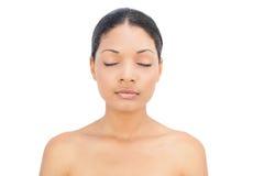 Pose d'une chevelure noire paisible de femme Photo libre de droits