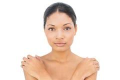 Pose d'une chevelure noire satisfaite de femme Images stock