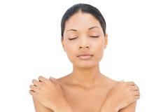 Pose d'une chevelure noire somnolente de femme Images libres de droits