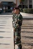 Pose d'une guirlande au monument Amilcar Cabral Photographie stock