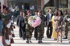 Pose d'une guirlande au monument Amilcar Cabral Photographie stock libre de droits