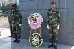 Pose d'une guirlande au monument Amilcar Cabral Images stock