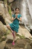 Pose da árvore da ioga pela moça sob as cachoeiras fotografia de stock royalty free