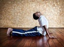 Pose da cobra do bhudjangasana da ioga fotos de stock