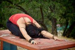 A pose da criança da ioga na tabela Imagem de Stock Royalty Free