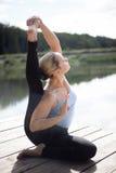 Pose da ioga de Parivrtta Surya Yantrasana imagem de stock