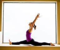Pose da ioga dentro na soleira Foto de Stock
