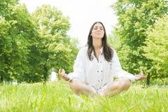 Pose da meditação da mulher da ioga Fotos de Stock Royalty Free