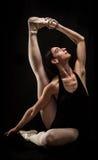 Pose da terra arrendada do dançarino de bailado Imagens de Stock
