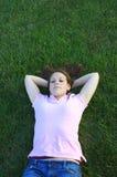 Pose dans l'herbe Photographie stock libre de droits