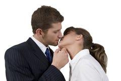 pose de baiser de couples images libres de droits