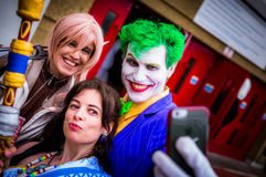 Pose de Cosplayers para um selfie na convenção de Yorkshire Cosplay Imagem de Stock Royalty Free